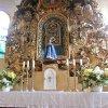 Soška Panny Marie je umístěná nad svatostánkem. Více o Květnovu jako poutním místě se dozvíte na webu: www.kvetnov-quinau.cz