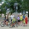 Mladí na společné rekreaci - Ondroš cyklo-touru - v Třeboni. Zde pod sochou Jakuba Krčína, strůjce rybníků.