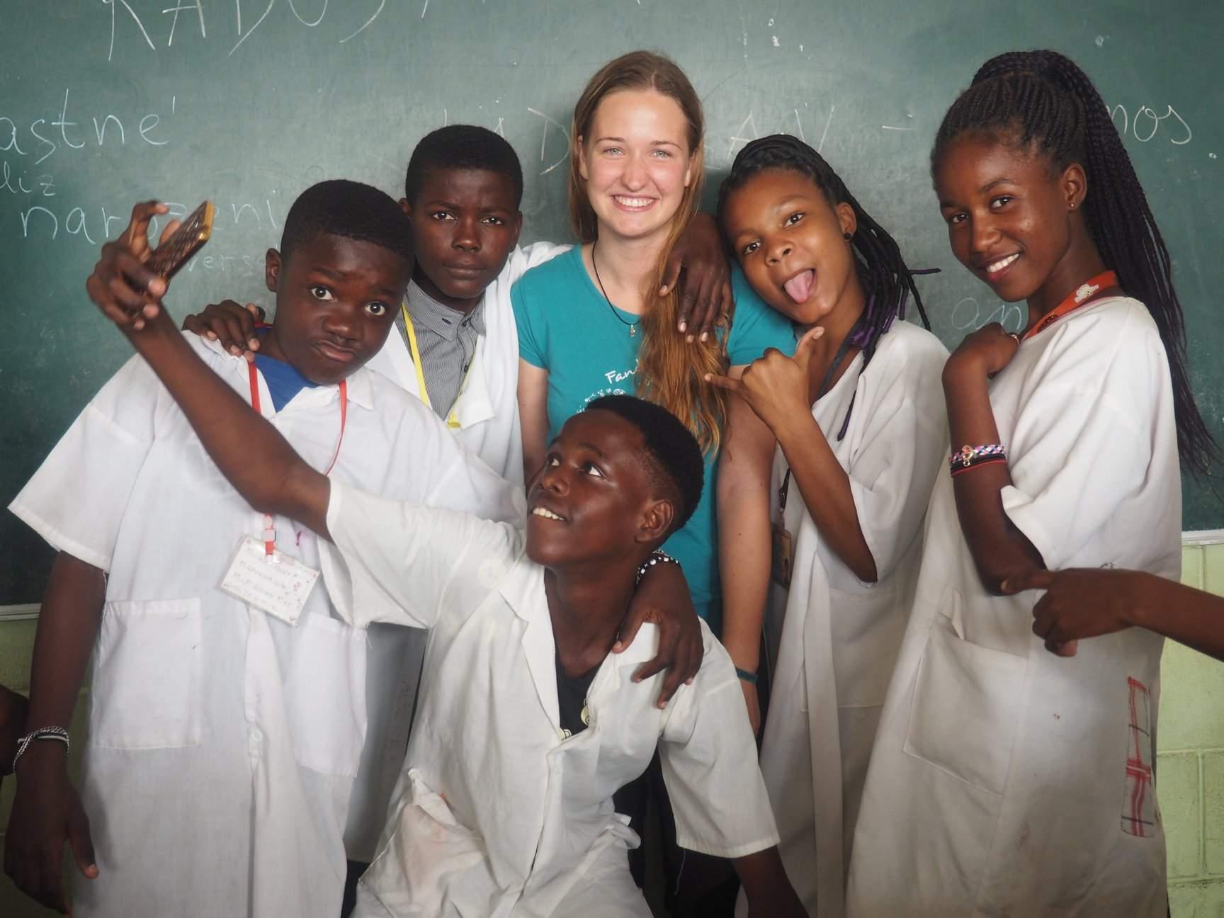 Anna Ambrozková s dětmi, které učila v Luandě. Foto: archiv Anny Ambrozkové