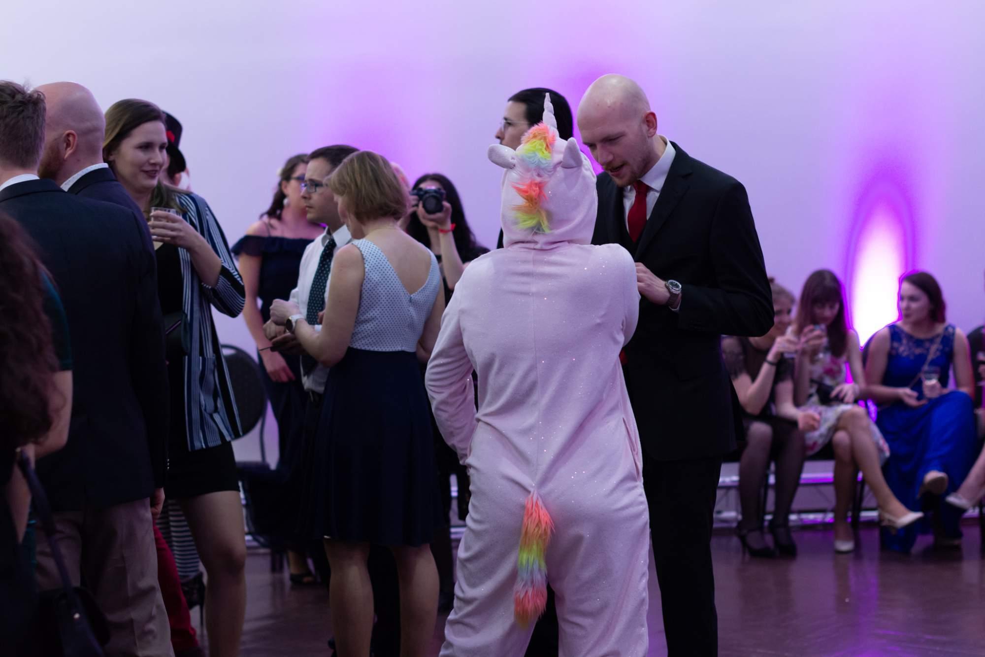 Na plese byla i slečna v kostýmu jednorožce. Autor: Anna Viktorinová