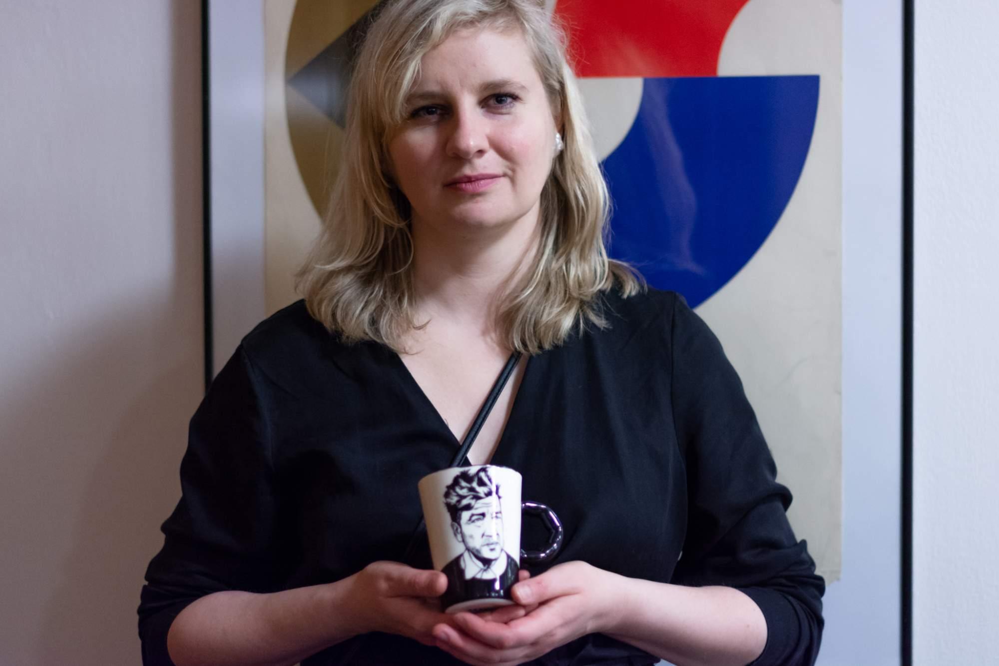 Keramička Sviatlana Buyevich s jedním z jejích výtvorů. Foto: Anna Viktorinová