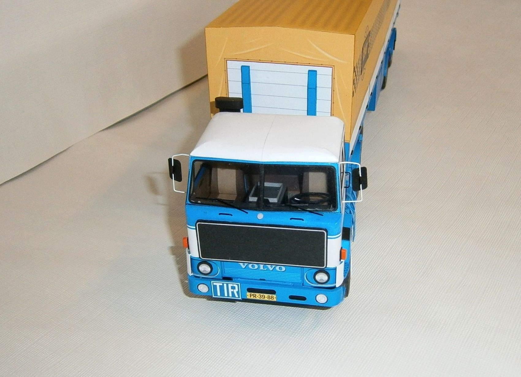 Volvo F89 a plachtový návěs Tranders
