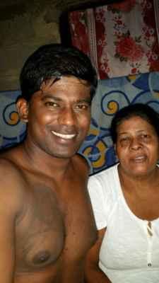 Shanaka s maminkou. Maminka byla na operaci se šedým zákalem. Tak jí pomáhá.