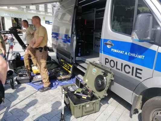 Všichni návštěvníci si mohli vyzkoušet výstroj a výzbroj policistů, pyrotechnický oblek, ale i běh proti radaru. Na tomto dnu nechyběly ani ukázky práce policistů z Oddělení služební kynologie s jejich čtyřnohými pomocníky, zásah policistů z Oddělení hlídkové služby Městského ředitelství Brno, kteří zakročovali proti ozbrojenému pachateli a také zákrok proti agresivním fanouškům, proti kterým zasahovali policisté ze Speciální pořádkové jednotky Krajského ředitelství policie JmK.