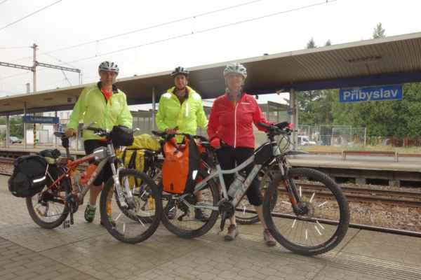 V Přibyslavi sedáme na kola a vyrážíme na cestu.