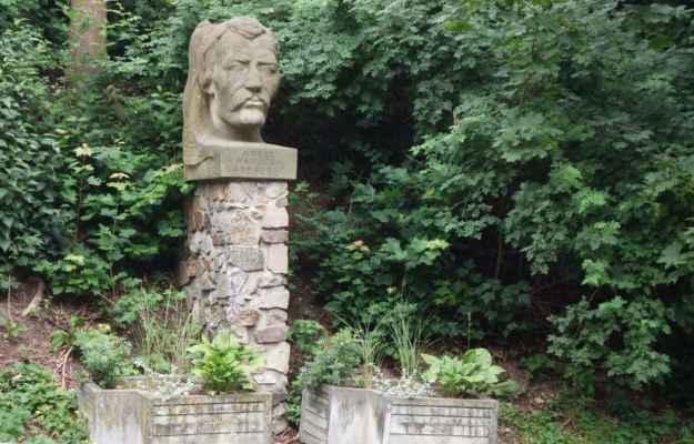 O kousek dál je pomník Karla Havlíčka Borovského do sochaře Roman Podrazského, rodáka z Přibyslavi. Jen nějak nechápu to umístění. Busta stojí v zarostlém svahu za svodidly u hlavní ulice na náměstí. Místo poněkud nedůstojné...