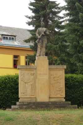 Na začátku náměstí je památník obětem 1. a 2. SV od sochaře Karla Samohrda. Reliéf zachycuje trojici československých legionářů (italského, ruského a francouzského).