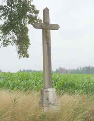 Kamenný kříž u silnice. Stejné kamenné kříže jsme potkávaly po celou část trasy přes Vysočinu. Jak kdyby tu na ně měly licenci :o))) Lišily se jen ztvárněním Ježíše Krista, který v mnoha případech už i chyběl.