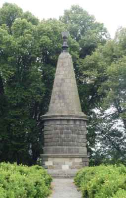Zastavení u Žižkovy mohyly. Mohyla je postavená podle návrhu A. Wiehla stavitelem Josefem Šupichem. Odhalena byla v roce 1874 při příležitosti 450. výročí Žižkova úmrtí. Mohyla je vysoká cca 10 metrů, ale některé zdroje uvádí i 15 - 16 m.