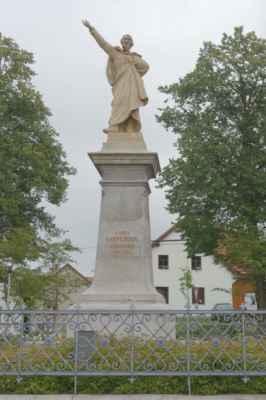 Co by to bylo za rodiště slavné osobnosti, kdyby v centru obce nebyla její socha. Až tady jsme si všechny uvědomily, že K. H. Borovský zemřel také velmi mlád (35 let). Nicméně stihnul po sobě zanechat nesmazatelnou stopu.