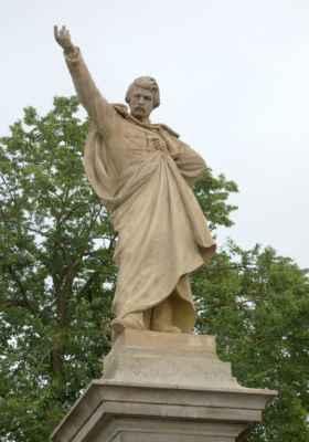 Pískovcový pomník významného rodáka je dílem Josefa Strachovského. Odhalen byl v roce 1901.