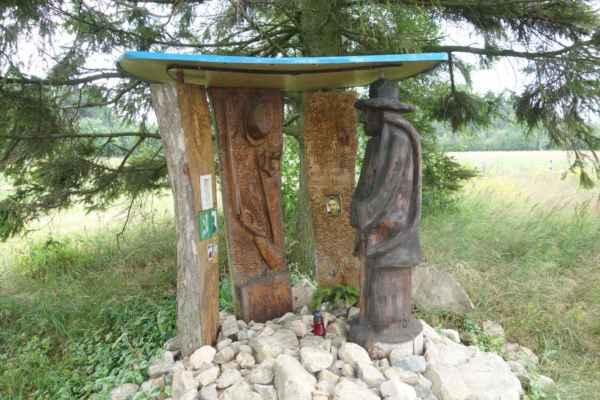 Dřevěná plastika věnovaná všem myslivcům a lesákům, kteří se již z lesa nevrátili...