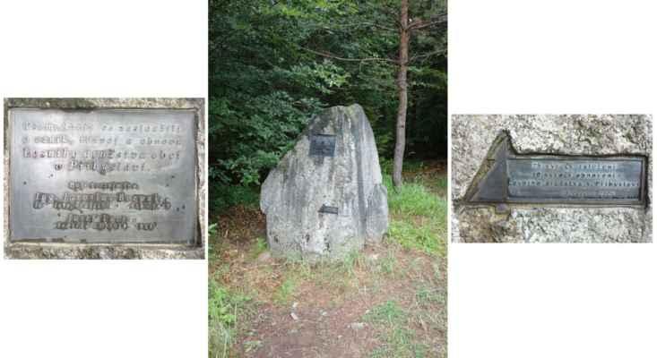 Na křižovatce cest je další památník - tenhle připomíná Jaroslava Bezpalce a Josefu Lacinu, kteří se zasloužili o vznik, rozvoj a obnovu Lesního družstva obcí v Přibyslavi.
