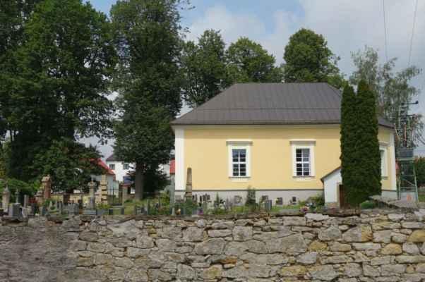 Je málo obcí, kde se najde jak evangelický, tak i křesťanský kostel a hřbitov. Krucemburk je jednou z nich. Tohle je evangelický kostel se hřbitovem.