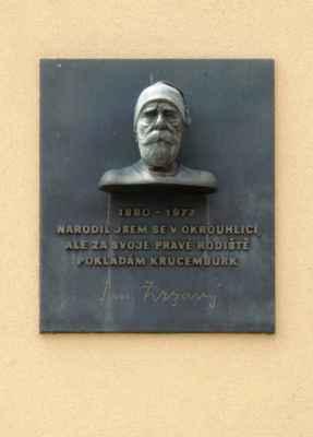 """V budově OÚ je také """"Pamětní síň Jana Zrzavého"""", který je v Krucemburku pohřben."""