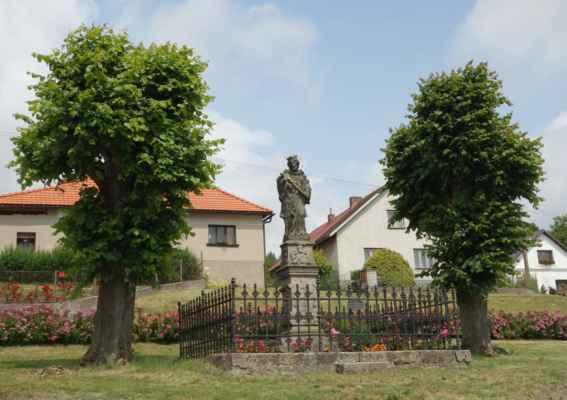 Cestou ke hřbitovu jsme minuly sochu sv. Jana Nepomuckého...