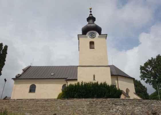 Kostel sv. Mikuláše. Sakristie a spodní část věže, pocházející ze 13. stol., jsou postaveny v románském slohu. V 15. stol. bylo vybudováno kněžiště a loď kostela ve slohu gotickém. R. 1697 byla realizována barokní přestavba lodi.
