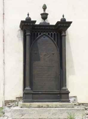 Při zdi kostela se najdou velmi staré náhrobky.
