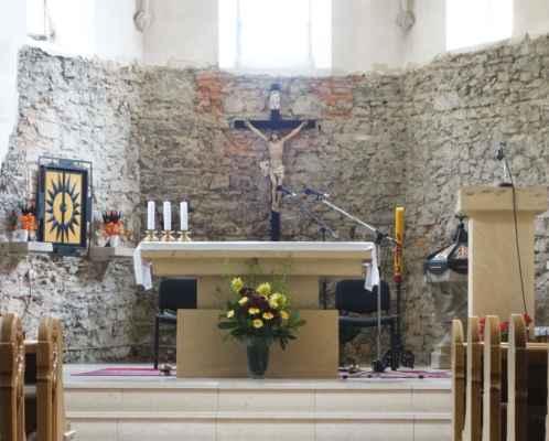 Vpravo je vidět gotická kamenná křtitelnice, která se dochovala z původního kostela.