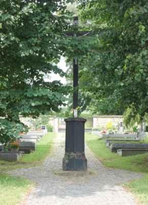 A pak jsme zašly na hřbitov u kostela - centrální kříž mizí v korunách lip.