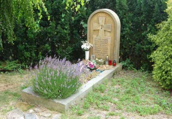 My ale hledaly tento - hrob Jana Zrzavého. Náhrobek je z pískovce a navrhnul jej sám Jan Zrzavý.