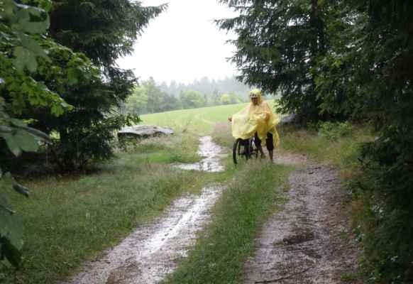 Asi po 15 minutách jsme jely dál, ovšem cesty se velmi rychle měnily v jezírka a potoky.