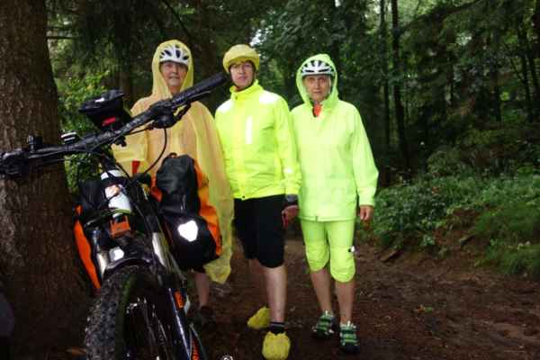 Při dalším náporu deště už nebylo kam se schovat. Nicméně i na lesní cestě jsme aspoň trochu před deštěm chráněné byly.