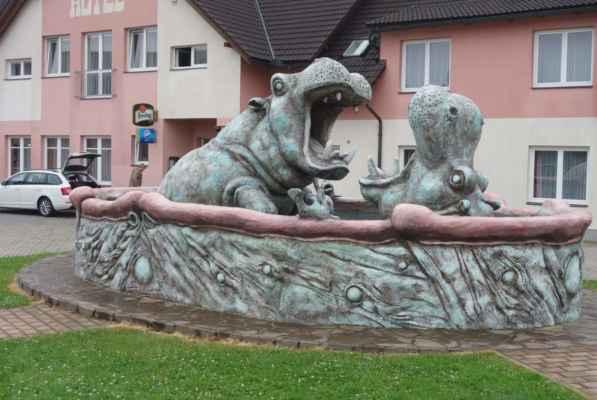 Od pramene jsme původně chtěly jet ještě přes Cikháj, ale s ohledem na déšť jsme tuhle zajížďku škrtly a nabraly jsme kurz do kempu. Škrdlovice a sousoší Hroši od sochaře Michala Olšiaka (r. 2008).