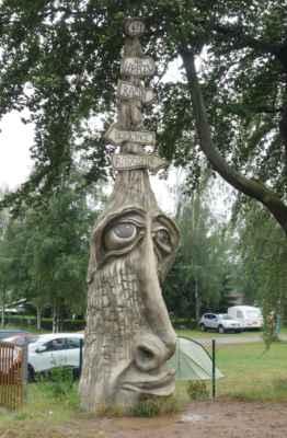 U hráze Velkého Dářka jsme potkaly další Olšiakovu sochu - Rozcestník Dařbucha (z r. 2011).