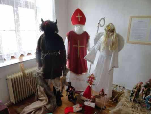 V předvečer svátku sv. Mikuláše obchází stavení postavy Mikuláše, čerta a anděla. Obchůzky se dochovaly až do dnešních dnů.