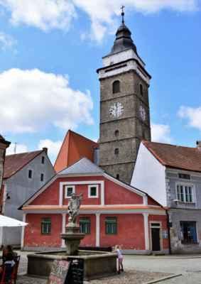 2019_Městská věž z Horního náměstí        kašna z r. 1783 se sochou sv. Floriana