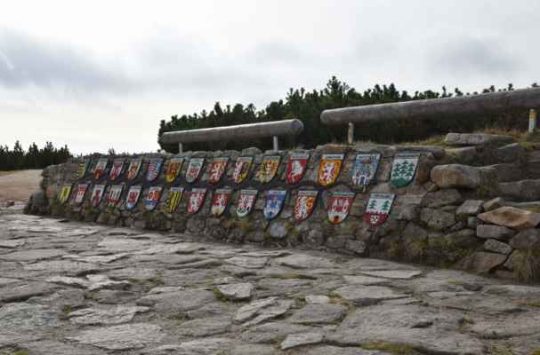 Mozaikové erby měst, kterými Labe protéká.