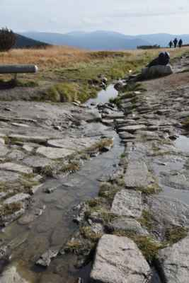 Odtok vody od symbolického pramene.