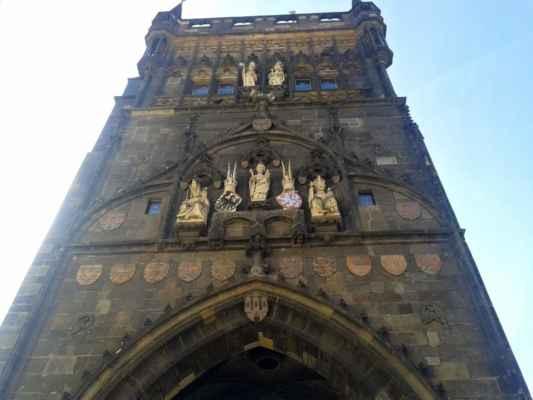 Praha - Staroměstská mostecká věž - gotické sochy a erby
