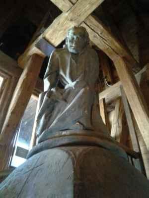 Praha - Staroměstská mostecká věž 08 - interiér - gotická socha věžníka na vrcholu schodiště