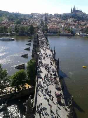 Praha - Staroměstská mostecká věž 11 - výhled z věže na Karlův most a Staré město