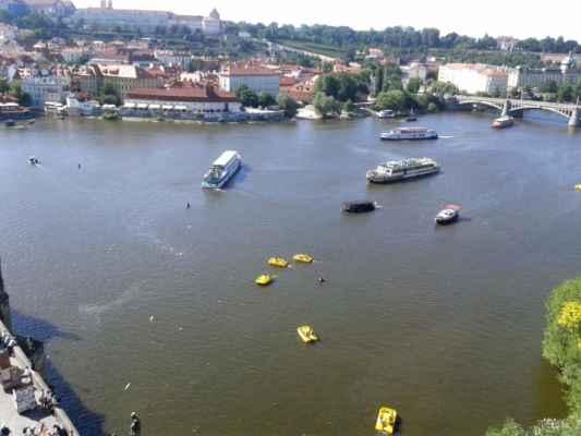 Praha - Staroměstská mostecká věž - výhled z věže na Vltavu a Pražský hrad