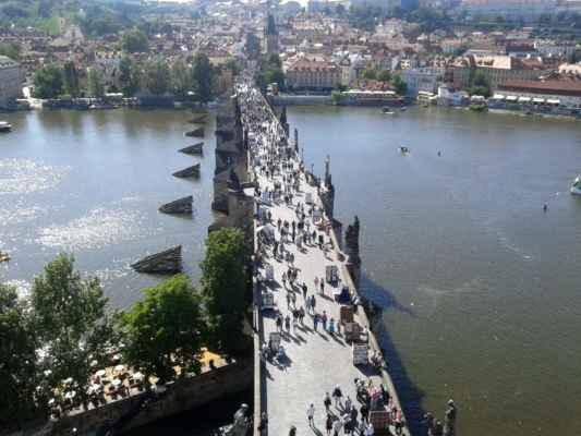 Praha - Staroměstská mostecká věž 11 - výhled z věže na Vltavu a Karlův most