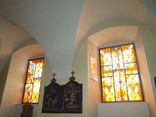 vitráže v kapli