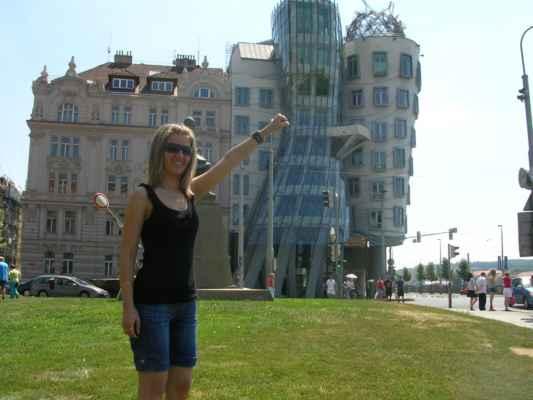 Tančící dům, jinak také Ginger and Fred, oficiálním jménem původně Nationale Nederlanden Building, dokončený roku 1996, stojí v Praze na pravém břehu Vltavy na rohu Rašínova nábřeží a Jiráskova náměstí. Pojmenován je podle tvaru svých dvou nárožních věží, inspirovaných slavným meziválečným tanečním párem Freda Astaira a Ginger Rogersové. Tančící dům navrhl Vlado Milunić spolu s Frankem O. Gehrym, kterého k projektu přizval investor. Interiéry kanceláří investora byly z části svěřeny britské architektce českého původu Evě Jiřičné.