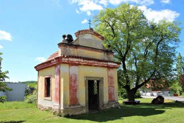 Kaple svatého Jana Nepomuckého, byla postavena v roce 1716.