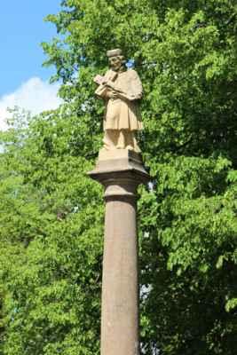 Svatý Jan Nepomucký, sloup původně datovaný 1699, prošel roku 2014 rekonstrukcí a socha byla podle poškozeného originálu nově zhotovena a umístěna na sloup. Původní socha skončila v depozitáři.