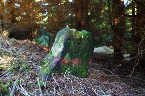 hraniční kameny jsou v okolí na mnoha místech a směřují k třípanskému sloupu, kde se sbíhají tři bývalá panství...