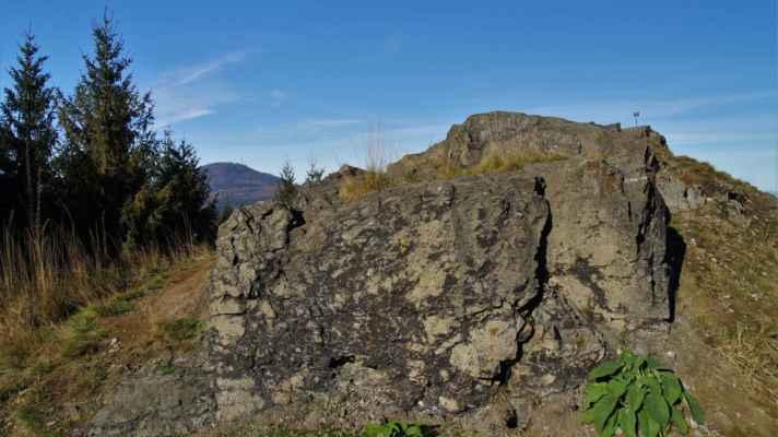 nedaleko vrcholu stožce je tzv. jelení kámen...