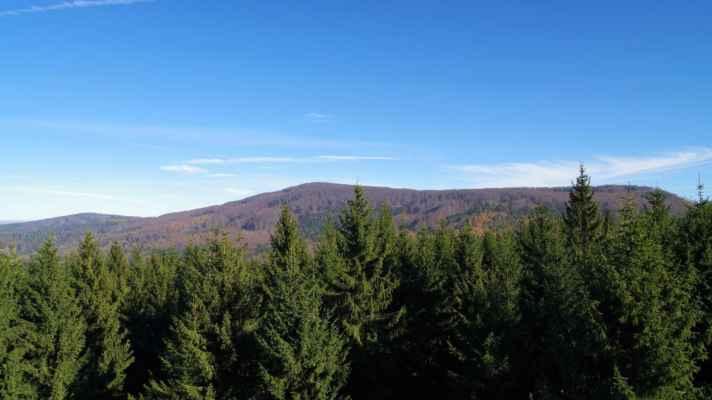 vlevo je hraniční weberberg, uprostřed severní vrchol pěnkaváku a vpravo jeho jižní vrchol...