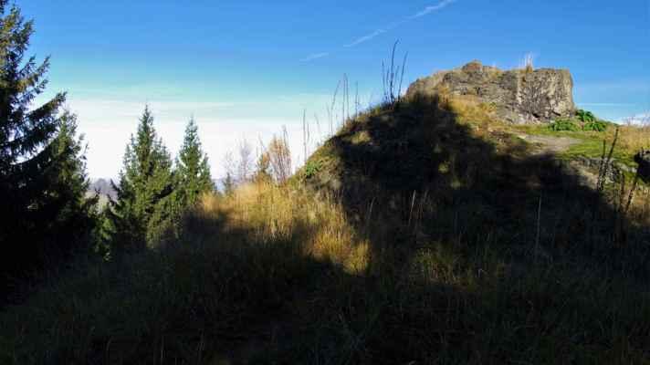 jelení kámen najdeme uprostřed stožeckého hřbetu...
