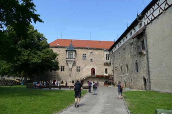 Vodní hrad Budyně nad Ohří - Raně gotický hrad byl postaven na místě přemyslovského dvorce ve 2. polovině 13. století. V roce 1336 se majitelem hradu stal Zbyněk Zajíc z Valdeka a Hazmburka a během držení celé panství doznalo největšího rozkvětu. Jedná se o velmi hodnotný komplex, který prošel několika historickými přestavbami. Na počátku 20. století bylo v areálu hradu založeno Jandovo muzeum. Nyní se zde nachází ukázka alchymistické dílny a laboratoře z dob Rudolfa II.