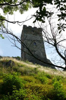 Zřícenina hradu Hazmburk - Na vrcholu čedičového masivu Hazmburk, který dosahuje výšky 418 m, spatříte nedobytný gotický hrad, který je tvořen Černou a Bílou věží.