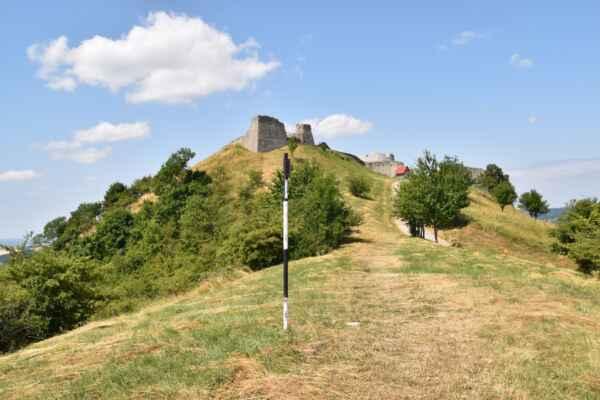 Branč 22.júl - Pohľad na časť hradu od parkoviska.