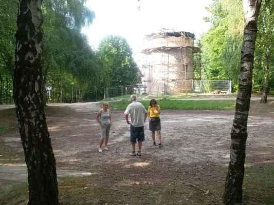 Holíč 04.júl - Jedno foto dňa : debata na tanečnom parkete o veternom mlyne.